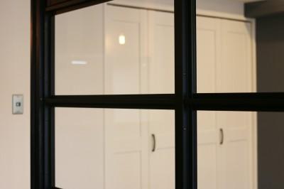 室内窓 (ヘリンボーンの床に、キッチンは塗装仕上げの木製モールディング)