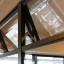 ヘリンボーンの床に、キッチンは塗装仕上げの木製モールディングの写真 室内窓