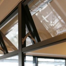 ヘリンボーンの床に、キッチンは塗装仕上げの木製モールディング (室内窓)