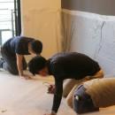 ヘリンボーンの床に、キッチンは塗装仕上げの木製モールディングの写真 床