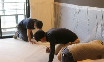 床|ヘリンボーンの床に、キッチンは塗装仕上げの木製モールディング