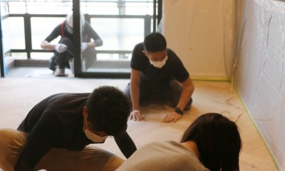 ヘリンボーンの床に、キッチンは塗装仕上げの木製モールディング (床)