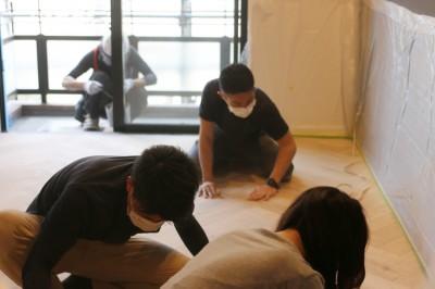 床 (ヘリンボーンの床に、キッチンは塗装仕上げの木製モールディング)