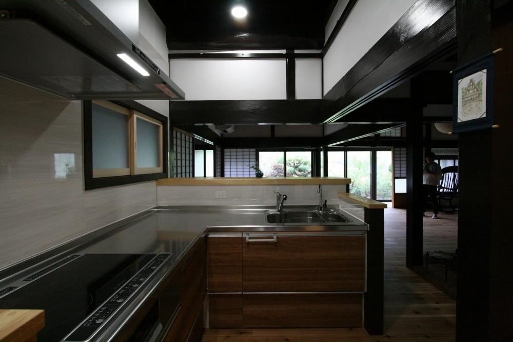 「田舎暮らしを始める」古民家再生 (リビングダイニングを見渡せるキッチン)