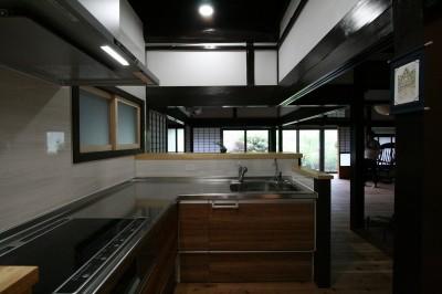 リビングダイニングを見渡せるキッチン (「田舎暮らしを始める」古民家再生)