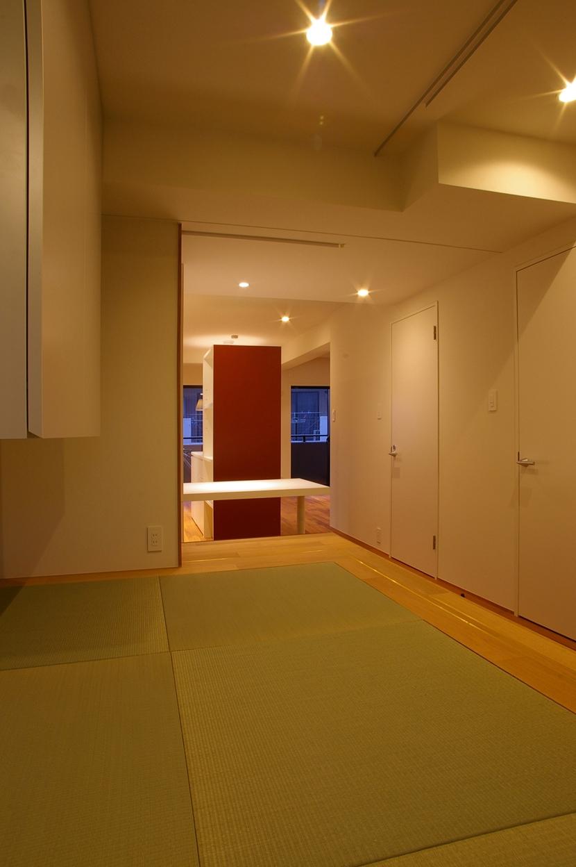 T邸 / 風が通り視線が通る、家全体を一日中使える小さな住まいの部屋 寝室、和室、書斎コーナー
