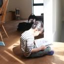 阿倍野の長屋  – 「5段の距離がいい」<リノベーション> –の写真 中庭からの優しい光でくつろぐ