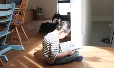 阿倍野の長屋  – 「5段の距離がいい」<リノベーション> – (中庭からの優しい光でくつろぐ)