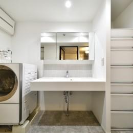 清潔感のある白でまとめたサニタリー (中古物件購入+リノベーションで理想の住まい)