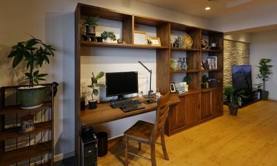 自宅がリゾート 広々リビングにシアタースペース (デスクと一体化した造作棚)