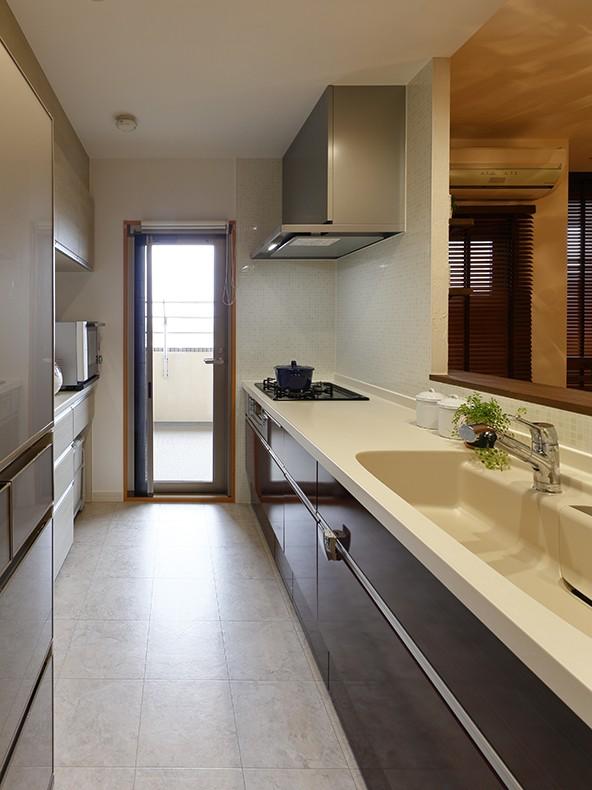 自宅がリゾート 広々リビングにシアタースペース (動きやすい幅広のキッチン)