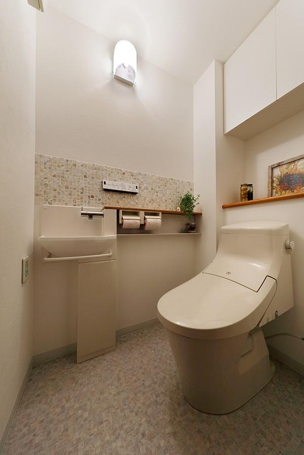 自宅がリゾート 広々リビングにシアタースペース (フェミニンな装いのトイレ)