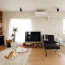 ニューヨークで気に入った高い天井と間接照明を実現。趣味は大胆に魅せて収納。の写真 可動できる家具でスッキリしたスペースを