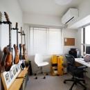 ニューヨークで気に入った高い天井と間接照明を実現。趣味は大胆に魅せて収納。の写真 趣味のギターはDIYでフックを取り付けて収納