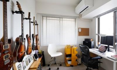 ニューヨークで気に入った高い天井と間接照明を実現。趣味は大胆に魅せて収納。 (趣味のギターはDIYでフックを取り付けて収納)