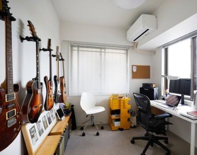 趣味のギターはDIYでフックを取り付けて収納 (ニューヨークで気に入った高い天井と間接照明を実現。趣味は大胆に魅せて収納。)