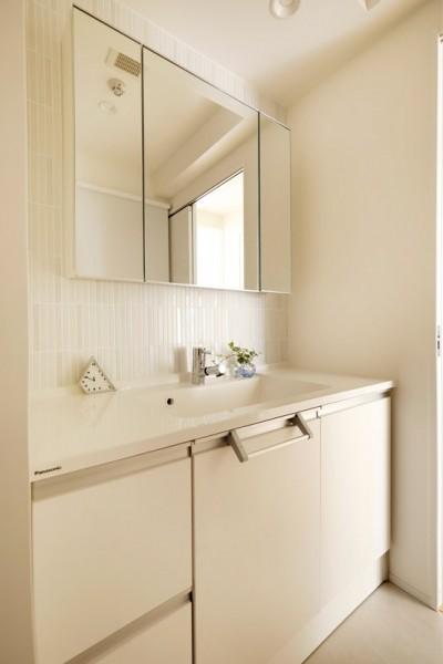 ユニット洗面に白いタイルを合わせた (ニューヨークで気に入った高い天井と間接照明を実現。趣味は大胆に魅せて収納。)