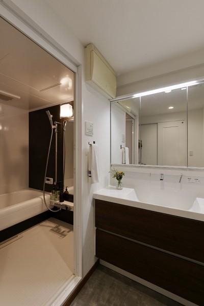落ち着いた色合いの洗面室 (将来の売却も見据えた家づくり)