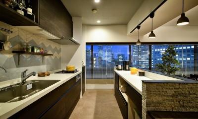 都会の夜景を一望 アーバンスタイルの家 (家族と楽しむキッチン)