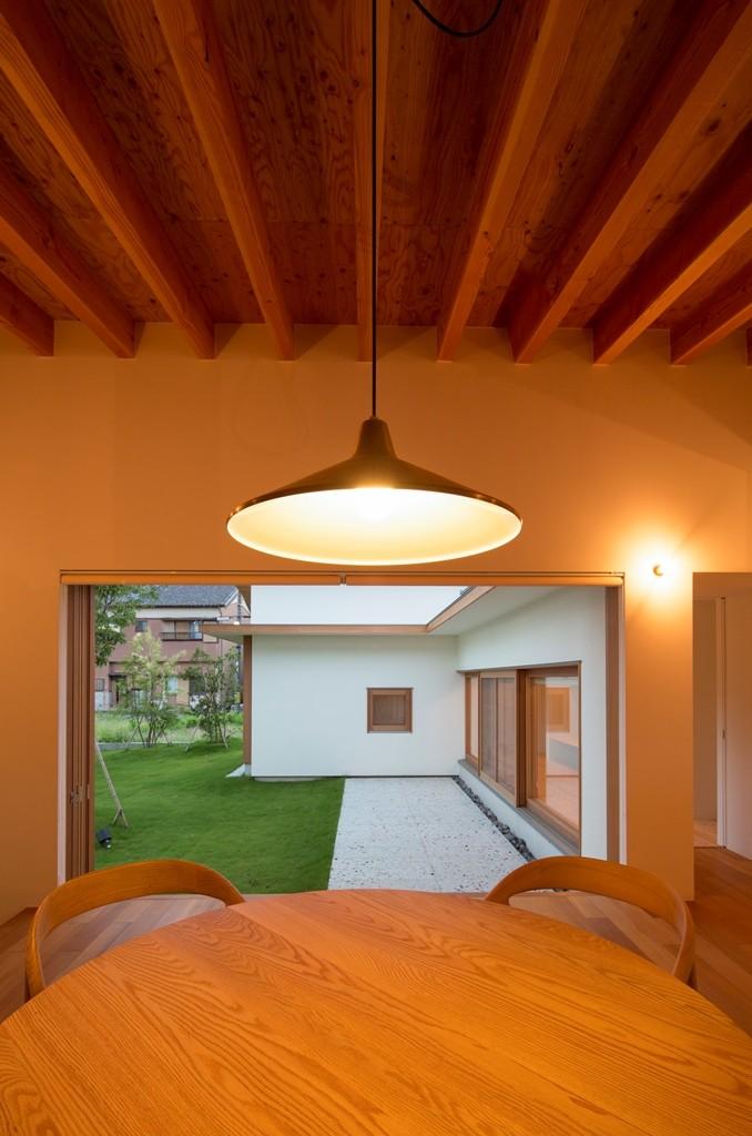拾石の家/職住一体の暮らし おおらかなコートハウス (食堂より中庭を望む)