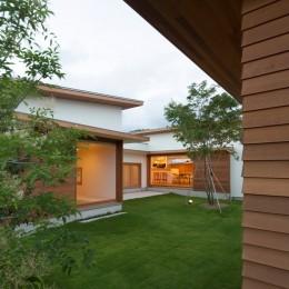 おおらかに中庭を囲む (拾石の家/職住一体の暮らし おおらかなコートハウス)