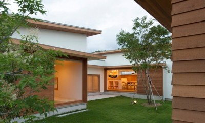 拾石の家/職住一体の暮らし おおらかなコートハウス (おおらかに中庭を囲む)