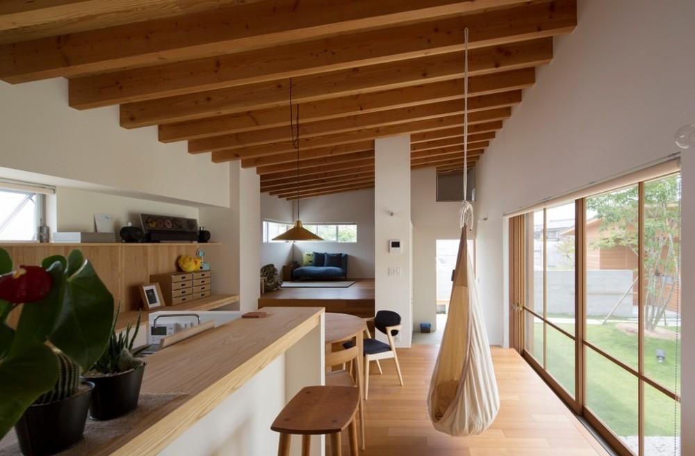 拾石の家/職住一体の暮らし おおらかなコートハウス (リビングダイニングキッチン)
