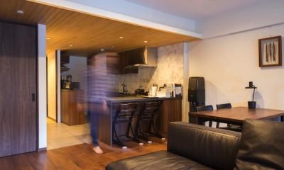 太陽と風〜様々な素材のレイヤーを楽しむリノベーション (リビングダイニング〜キッチン)
