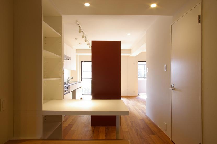T邸 / 風が通り視線が通る、家全体を一日中使える小さな住まい (書斎コーナー、キッチン)