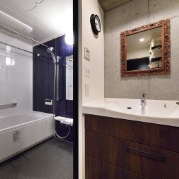 リノベで叶える 広いリビングと大収納力 (コンクリートの風合いを活かした洗面室)