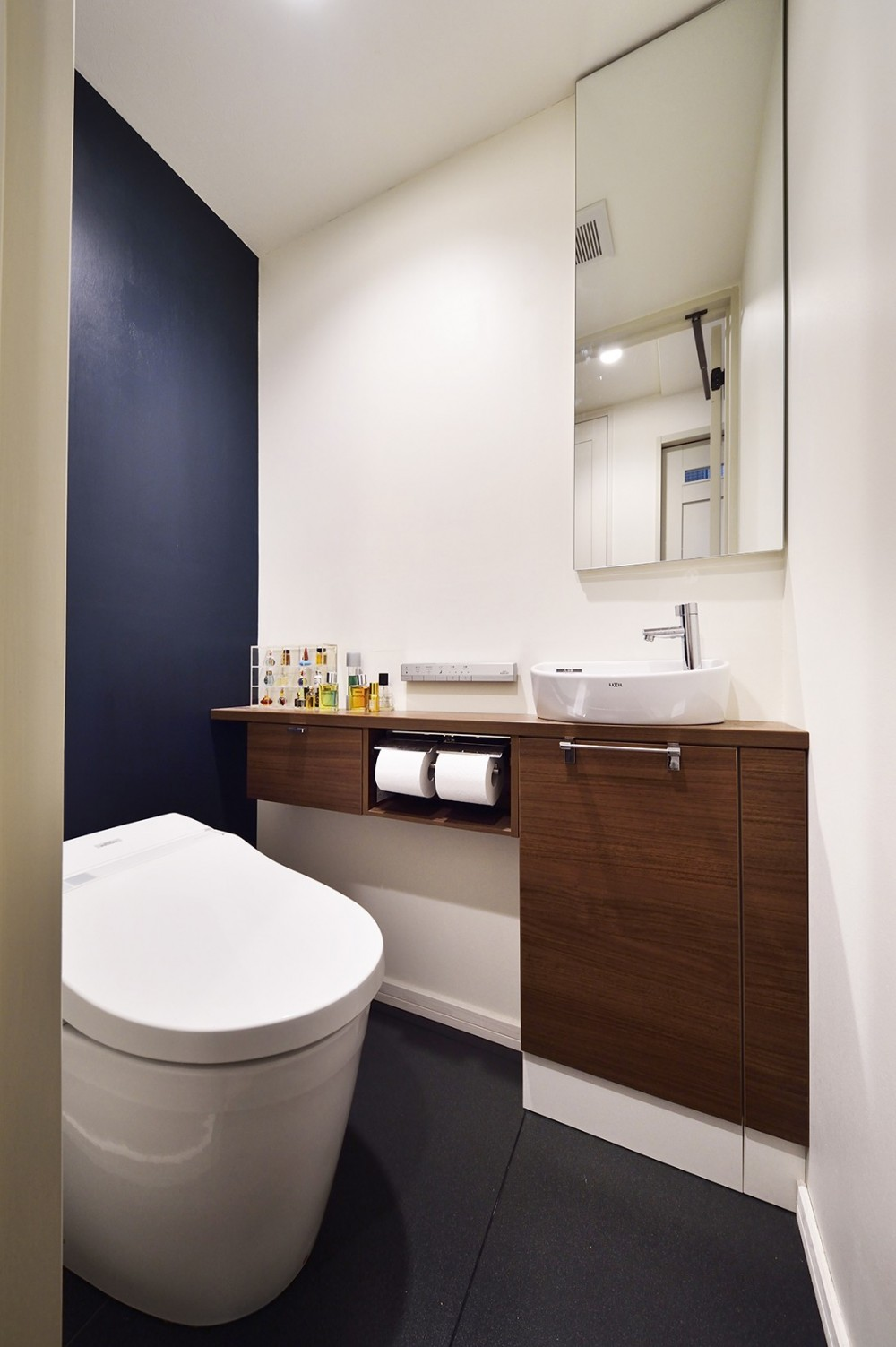 リノベで叶える 広いリビングと大収納力 (デザインと利便性を兼ねたトイレ)
