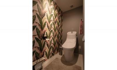 トイレ|ブルーグレーのクロスに白い窓枠の室内窓。シックな女子リノベ。