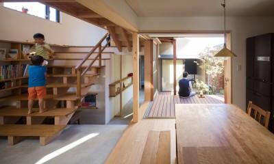 日吉台の家/大きな屋根の下にスキップフロアで各部屋が繋がる大らかな住まい (大きな階段のあるリビングとテラスつ繋がったダイニング)
