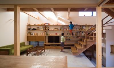 日吉台の家/大きな屋根の下にスキップフロアで各部屋が繋がる大らかな住まい (ダイニングからリビングを見る/お気に入りのコレクションを並べる大きな棚)