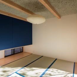 日吉台の家/大きな屋根の下にスキップフロアで各部屋が繋がる大らかな住まい (1階の和室/現代的な素材で構成されたインテリア)