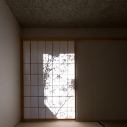日吉台の家/大きな屋根の下にスキップフロアで各部屋が繋がる大らかな住まい (1階の和室/障子に映る中庭の木の影が部屋の表情をつくります)