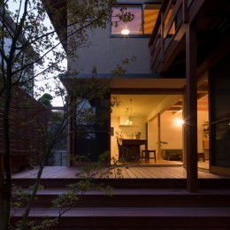 日吉台の家/大きな屋根の下にスキップフロアで各部屋が繋がる大らかな住まい (夕景/中庭からダイニングを見る)