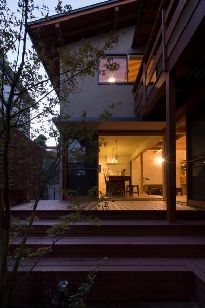 夕景/中庭からダイニングを見る (日吉台の家/大きな屋根の下にスキップフロアで各部屋が繋がる大らかな住まい)