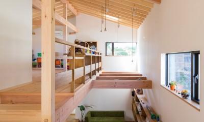 日吉台の家/大きな屋根の下にスキップフロアで各部屋が繋がる大らかな住まい (2階ホール/大きな屋根の下に色んな居場所があります)