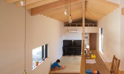 日吉台の家/大きな屋根の下にスキップフロアで各部屋が繋がる大らかな住まい (スタディコーナー/吹抜けに面して設えて共有スペース)