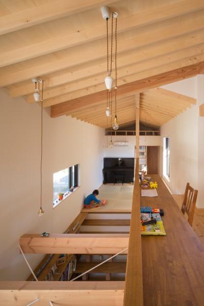 スタディコーナー/吹抜けに面して設えて共有スペース (日吉台の家/大きな屋根の下にスキップフロアで各部屋が繋がる大らかな住まい)