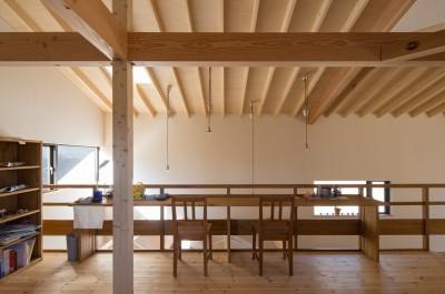 子ども部屋とスタディコーナー (日吉台の家/大きな屋根の下にスキップフロアで各部屋が繋がる大らかな住まい)