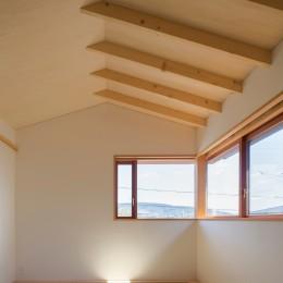 日吉台の家/大きな屋根の下にスキップフロアで各部屋が繋がる大らかな住まい (2階の和室/丘陵地の景色が遠くまで望めます)