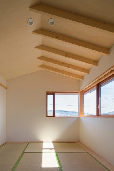 2階の和室/丘陵地の景色が遠くまで望めます (日吉台の家/大きな屋根の下にスキップフロアで各部屋が繋がる大らかな住まい)