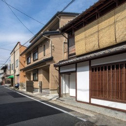 学林町の町家/耐震・断熱改修も行った京町家のリノベーション (外観/アルミサッシを木格子と木製窓に交換しています)