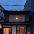 学林町の町家/耐震・断熱改修も行った京町家のリノベーションの写真 外観/スダレ越しに月のような照明が浮かび上がります