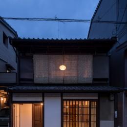 学林町の町家/耐震・断熱改修も行った京町家のリノベーション (外観/スダレ越しに月のような照明が浮かび上がります)