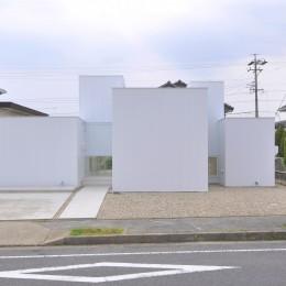 高窓のコートハウス (道路側外観)