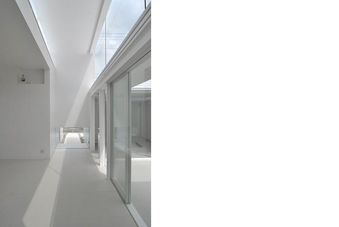 高窓のコートハウス (玄関)