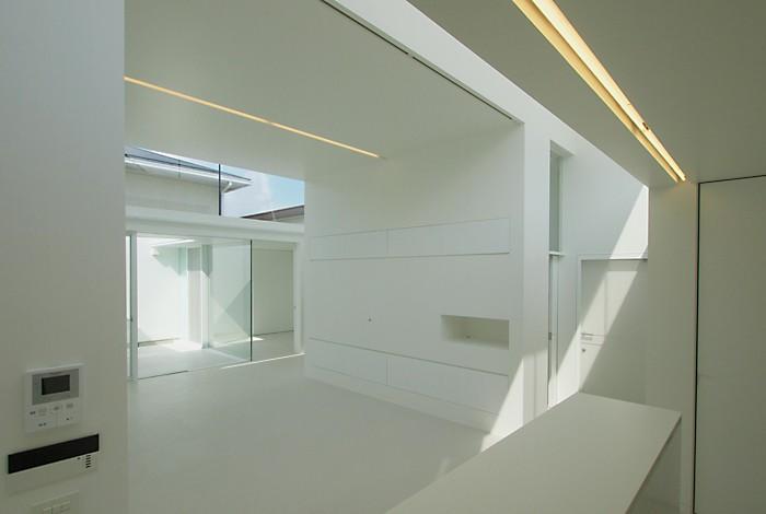 高窓のコートハウス (キッチンからリビング)